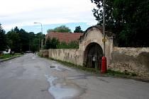 Okolí hlavní silnice v obci Neškaredice.