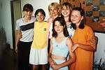 Děvčata ze zájmového kroužku Dívčí klub s Ivou Hýblovou v roce 2000 v Domě dětí a mládeže v Čáslavi.