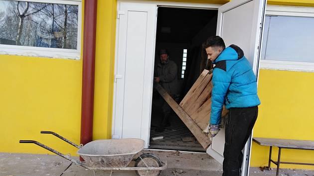 Z rekonstrukce sprch v kabinách na fotbalovém hřišti v Červených Janovicích.