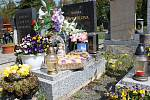 Jaro na hřbitově v Hlízově.