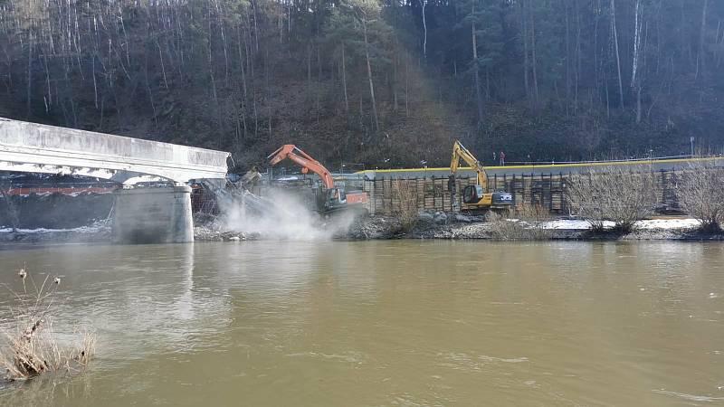 Z výstavby mostu přes řeku Sázavu v Kácově.