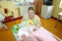 Šárka a Lucie Svobodovy se narodily 18. srpna v Benešově. Vážily 1880 a 1830 gramů a měřily 44 centimetrů. Maminka Petra a tatínek Vladislav Svobodovi si je odvezli domů do Zdizub.