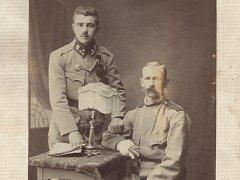 Karel Tvrdík (vpravo) s nadřízeným, foceno krátce před jeho odchodem domů
