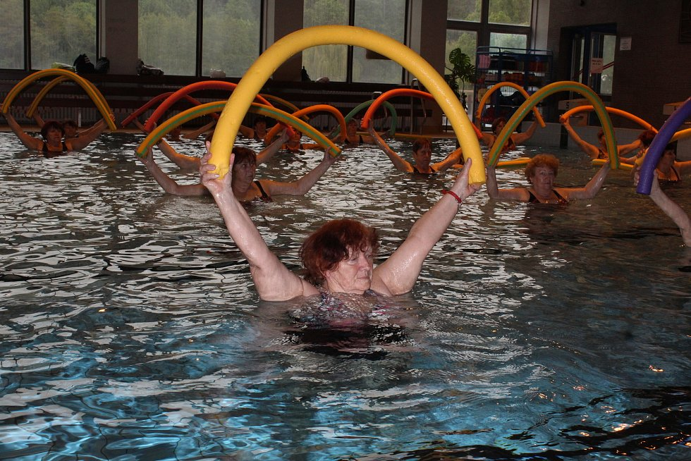 Zdravotní cvičení pod vedením Karly Fialové v krytém bazénu v Kutné Hoře.
