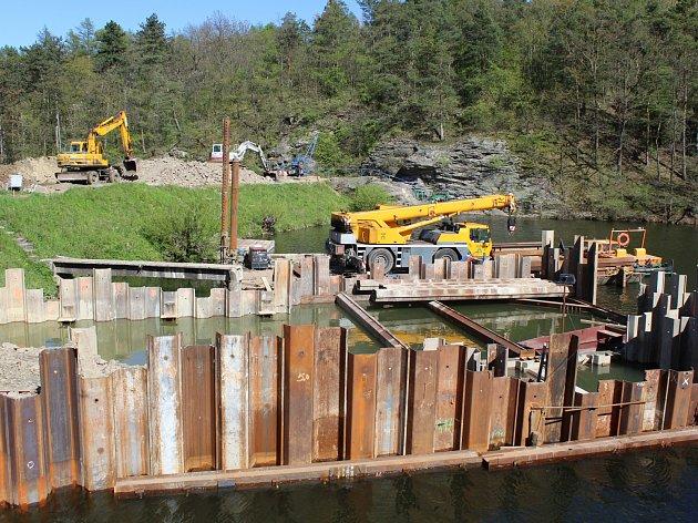 Pokračuje obnova spodních výpustí Velkého rybníka.