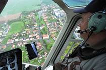 Z vyhlídkového letu vrtulníku Bell 206B nad Čáslaví.