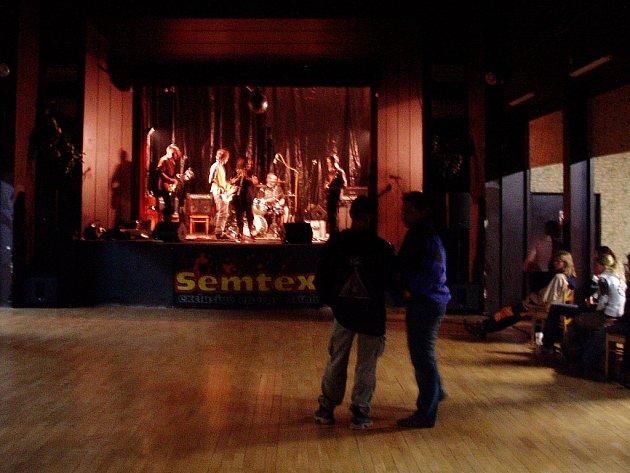 Benefiční koncert v čáslavském hotelu Grand rozjela kutnohorská kapela Studená sprcha.