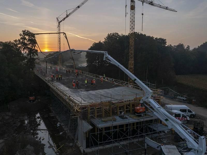 Z podvečerní stavby mostu na silničním obchvatu kolem Církvice.