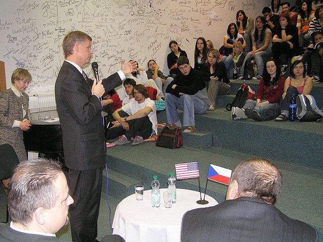 Besedy s americkým velvyslancem Richardem Graberem, který zanechal svůj autogram na stěně slávy, se zúčastnili převážně studenti třetích ročníků.