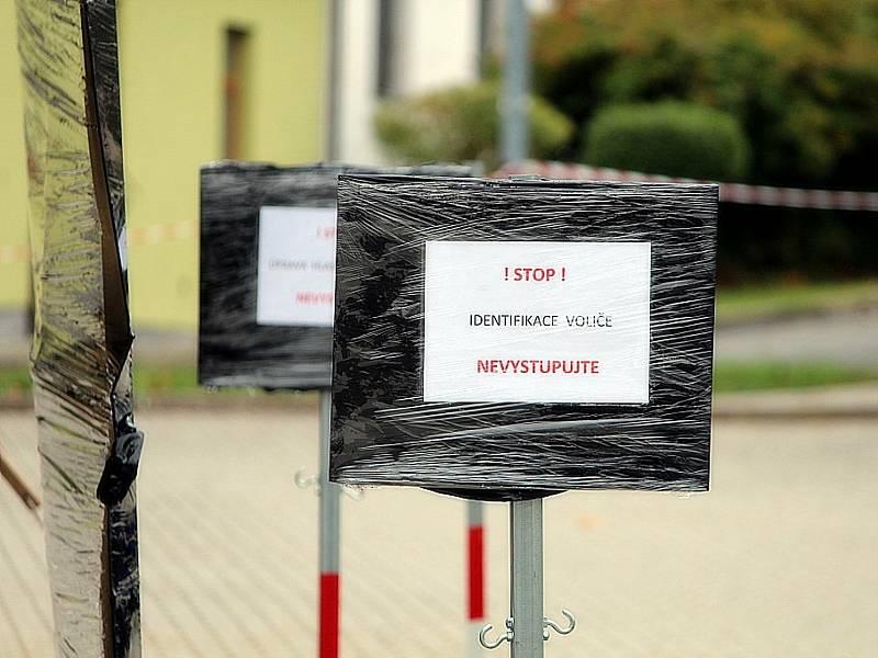 Volební drive-in stanoviště před plaveckým stadionem v Kutné Hoře.