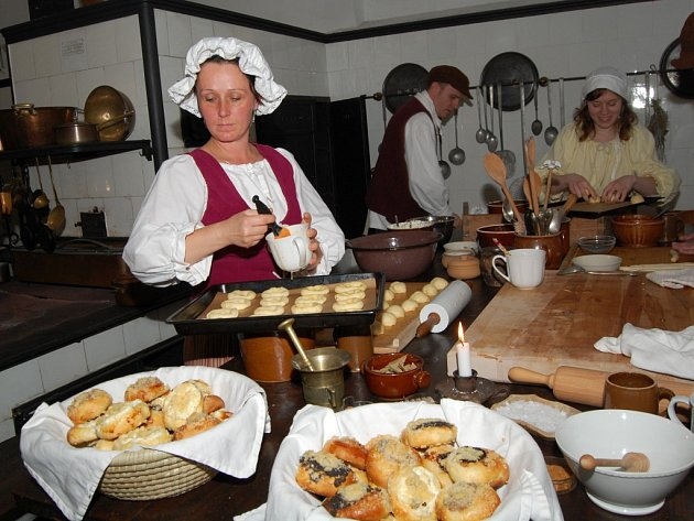 Oživená kuchyně na zámku ve Žlebech.