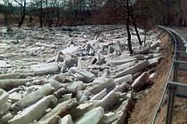 Kry zblokovaly o víkendu řeky Sázavu.