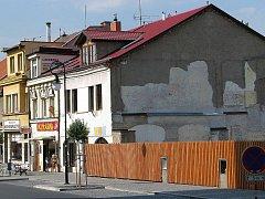 Proluku na konci ulice Generála Moravce (u náměstí) čeká zástavba. V jejím přízemí vzniknou obchody, v patře byty.