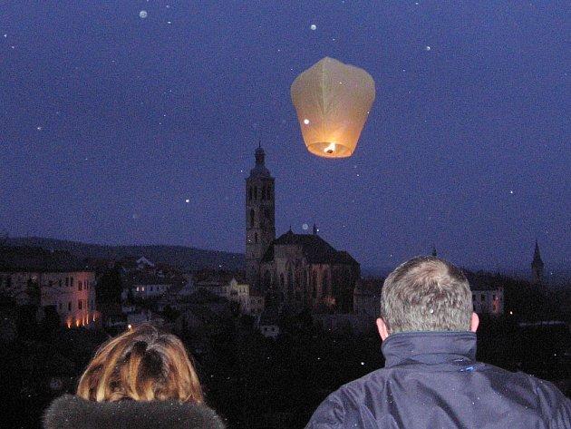 Z vypouštění valentýnských létajících přání na terase kaple Božího těla v Kutné Hoře.