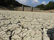 Vodní nádrž Pařížov v období sucha.