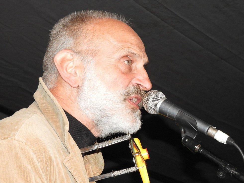 Ivan Mládek s kapelou bavil publikum při pálení čarodějnic ve Zbraslavicích.