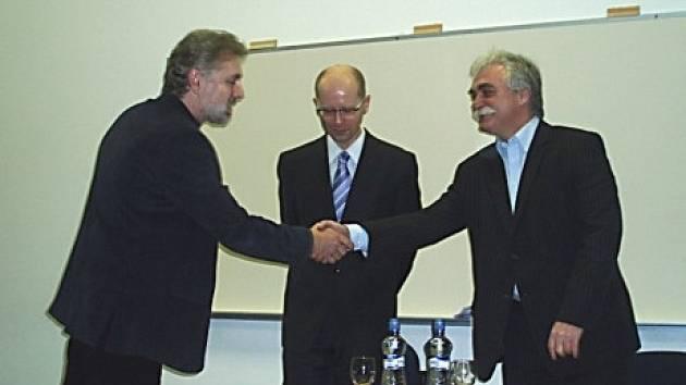 Zleva ředitel školy Zdeněk Sejček a poslanci Bohuslav Sobotka a Milan Urban.
