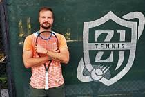 Tenista Filip Brtnický trénuje děti v Číně.