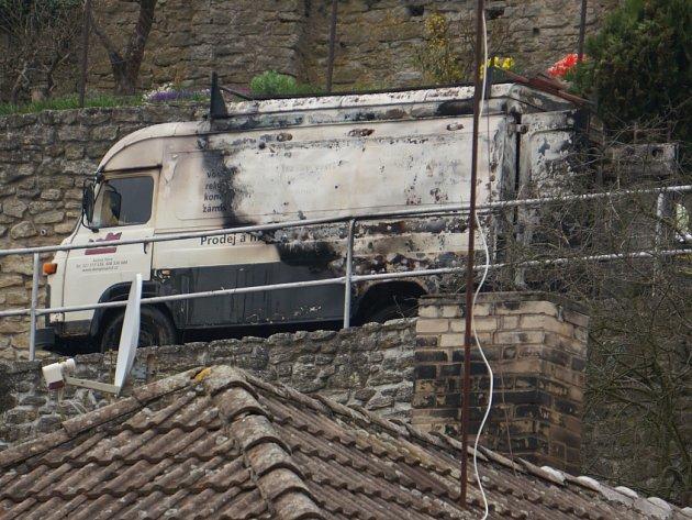 Škoda na ohořelém nákladním voze je 220 tisíc korun