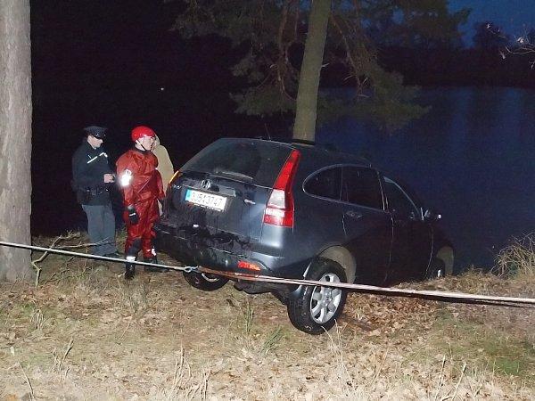 Rybář se vydal chytat ryby, nakonec lovil zrybníka své auto
