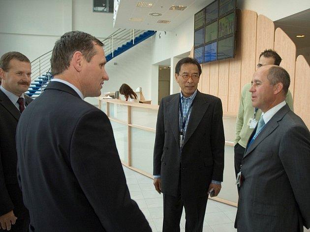 Ministr pro místní rozvoj a vicepremiér Jiří Čunek na návštěvě v kutnohorském Foxconnu.