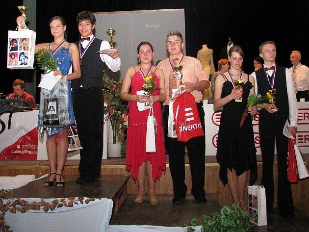 Taneční pár Lubomír Kábrt – Veronika Haufová na nejvyšším stupni vítězů.