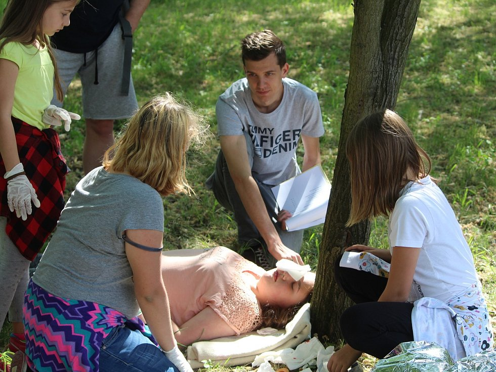 Z oblastního kola soutěže Hlídek mladých zdravotníků v areálu Hasičského záchranného sboru v Kutné Hoře.