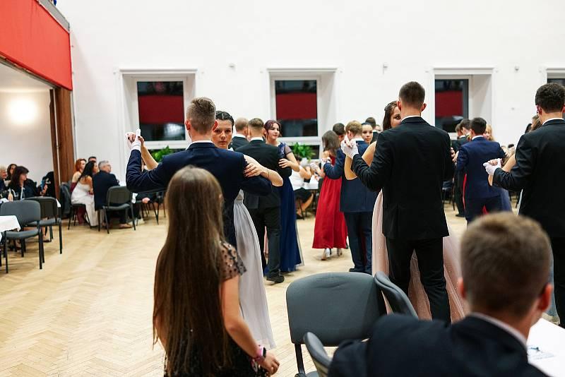 První prodloužená. Z kurzu tance a společenské výchovy pod vedením Jany a Antonína Novákových v Kulturním domě Lorec v Kutné Hoře.