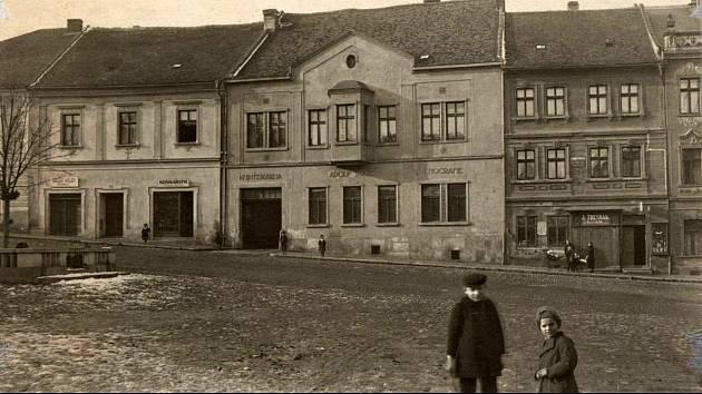 Pohled na zástavbu východní fronty Václavského náměstí v Kutné Hoře.