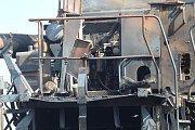V Benátkách u obce Úžice hořel kombajn.