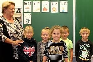 Prvňáčci a druháčci z Chotusic s třídní učitelkou Dagmar Václavkovou ve školním roce 2019/2020.