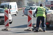 Stavba kruhového objezdu na Karlově začala 10. března 2014 dopoledne rozestavováním dopravních značek. Někteří řidiči měli s objížďkami a vznikajícím omezením na silnici ze začátku problémy.