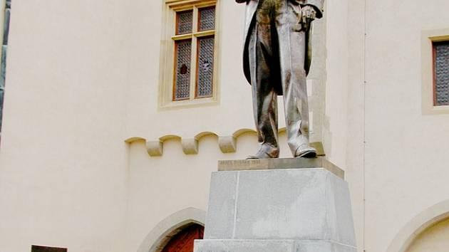 Italské turistky před sochou Tomáše Garrigue Masaryka v Kutné Hoře