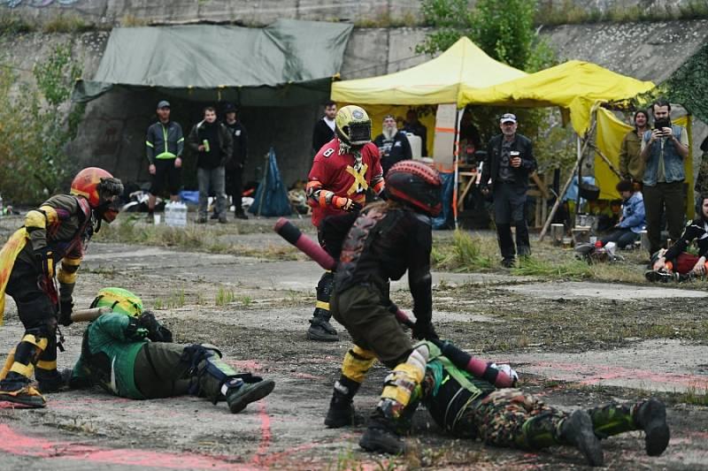 V sobotu odpoledne proběhl v bývalé zavlažovací nádrži na vrchu Sukov u Kutné Hory turnaj ve skupinovém sportu Jugger krutá hra.
