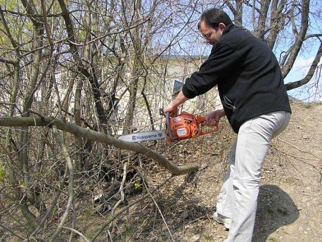 Učitel Roman Bartoníček při řezání vyvrácených dřevin.