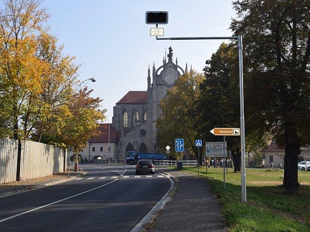 Výjezd požárních vozidel. Světelný semafor ve Vítězné ulici vKutné Hoře.