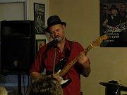 Holandští muzikanti John Slim Houtbraken zahráli v Blues Café. Foto: Lukáš Bečán