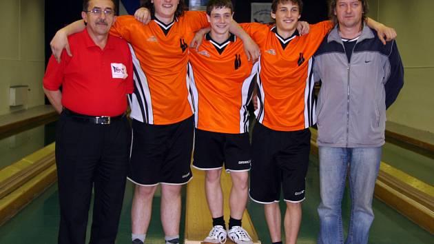 Zleva: Rozhodčí Vítězslav Vyhlídal, stříbrní dorostenci Miroslav Rajdl, Leoš Vobořil a Petr Tomáš, trenér Petr Dus