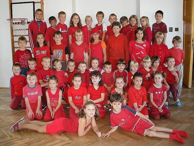 První den přivítaly děti barevný podzim v červeném oblečení.