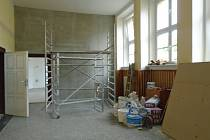 Učebny prošly přes prázdniny modernizací - vchod do chemické laboratoře z chodby.
