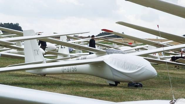Startovní rošt s větroni na letišti ve Zbraslavicích.