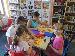 Děti si v kutnohorské knihovně vytvořily trolly.