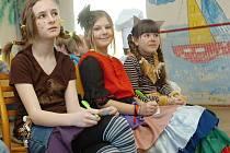 Žáci základní školy v Křeseticích přišli v pondělí v maskách.