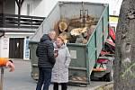 Kácení kaštanů a následný úklid v Tyršově ulici v Kutné Hoře za dohledu starosty Josefa Viktory.