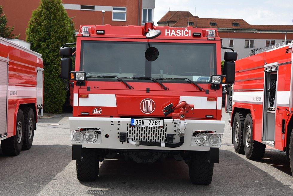 Středočeští profesionální hasiči převzali tři nové cisterny na podvozku Tatra.