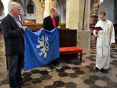 Čáslav má novou vlajku, požehnána byla v kostele sv. Petra a Pavla
