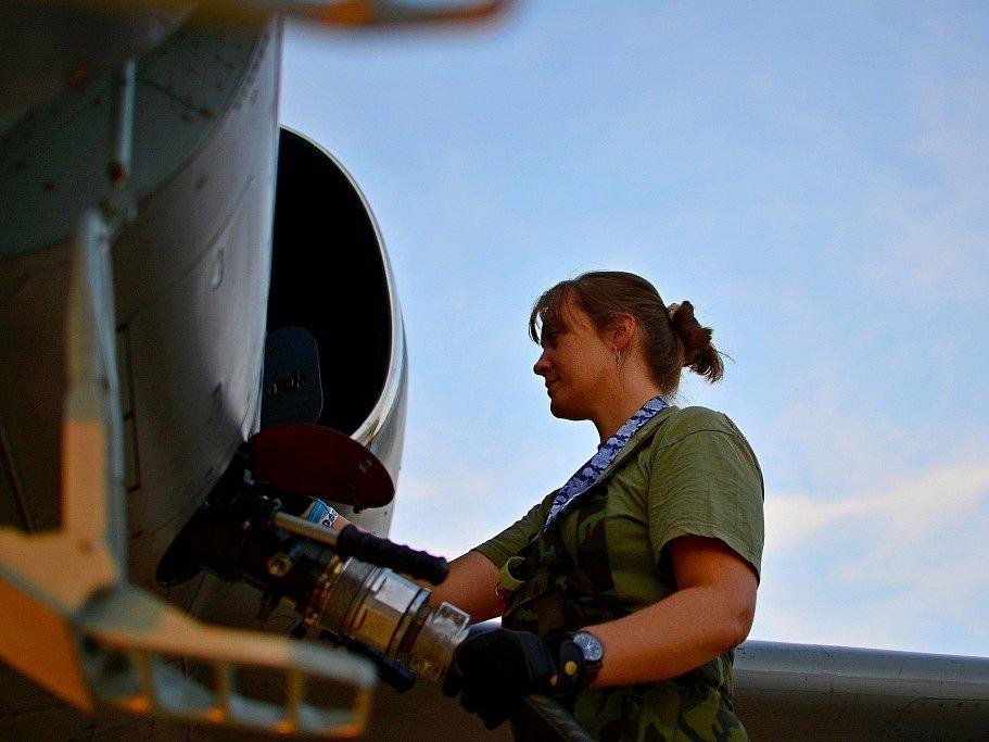 Praporčice Michaela Fričková, jediná technička letounů L-159 na čáslavské vojenské základně.
