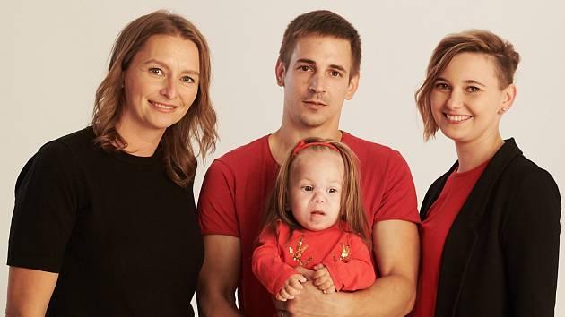 Šárka Procházková (vlevo) s rodinou, které pomáhají Dobří andělé.