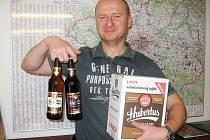 Obchodní ředitel Jan Matějka s novými produkty kácovského pivovaru.