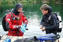 Stanislav Hejhal (vlevo) připravuje autora článku na první ponor.